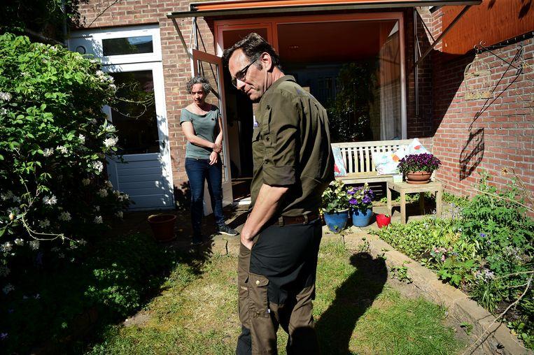 Boswachter Tim van den Broek bij buurvrouw Saskia van Dantzig in haar huidige achtertuin.  Beeld Marcel van den Bergh