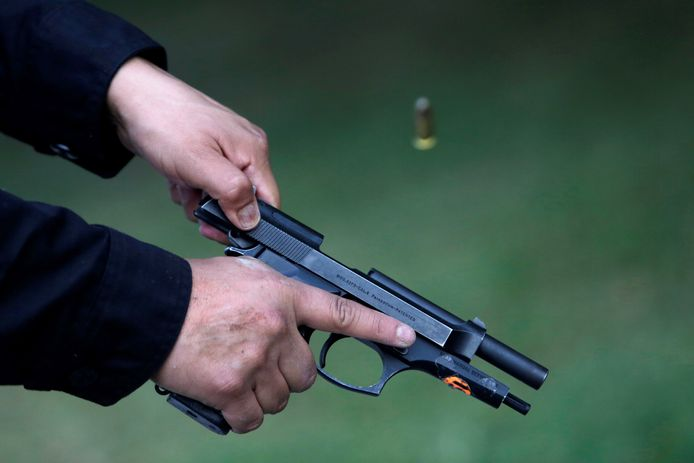 Onder het kussen van H. werd een Beretta-pistool gevonden.