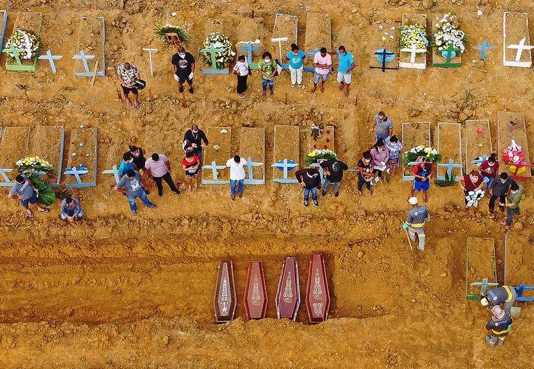 Het Nossa Senhora Aparecida-kerkhof in Manaus, in april. Beeld AFP