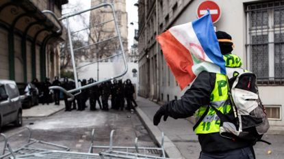 VIDEO. 'Gele hesjes' steken auto, moto's en barricade in brand in Parijs: opnieuw botsingen met ordetroepen