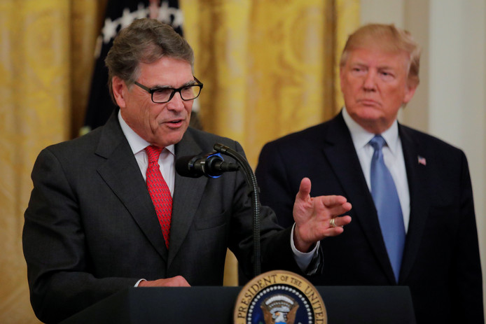 De Amerikaanse minister van Energie Rick Perry tijdens een toespraak in het Witte Huis, terwijl president Donald Trump toehoort.