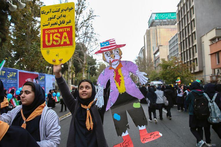 Iraanse studenten herdenken in Teheran de gijzeling van de Amerikaanse ambassade in 1979. Beeld VIA REUTERS