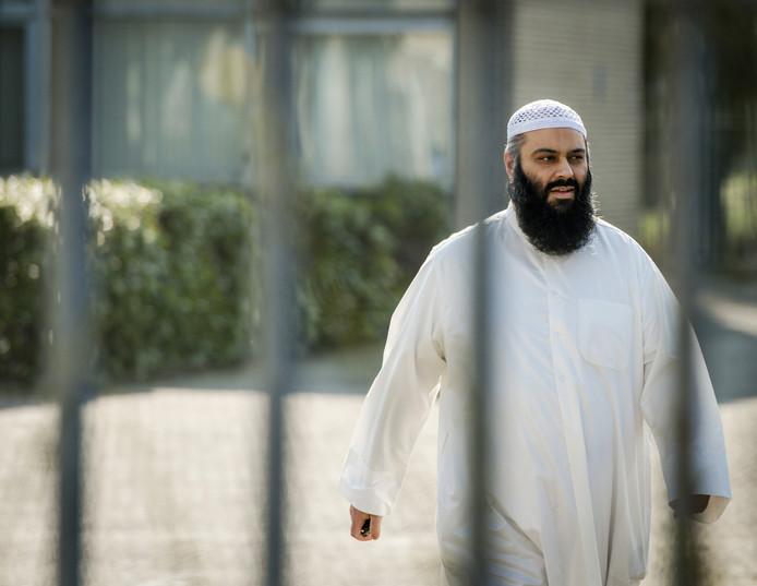 Suhayb Salam, voorzitter van de stichting AlFitrah, arriveert voorafgaand aan de islamitische conferentie in de wijk Overvecht