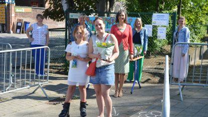 Basisschool De Reigers is mama's niet vergeten en deelt bloemen uit