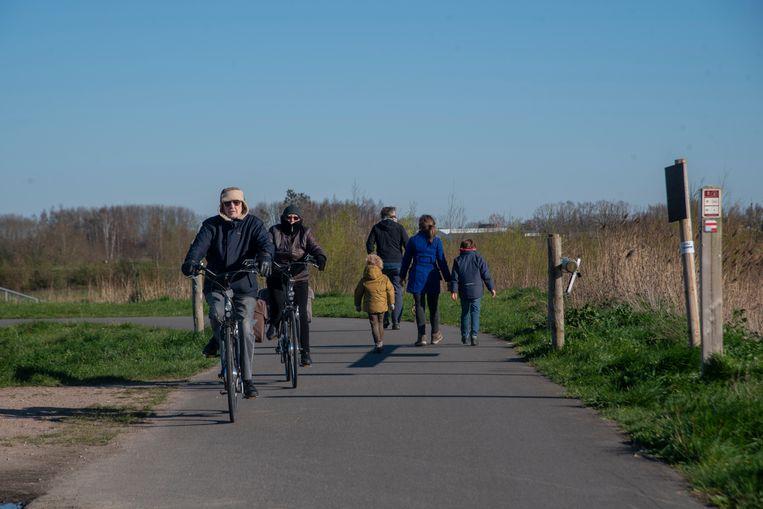 Wandelaars en fietsers genieten van de buitenlucht in de Kalkense Meersen.
