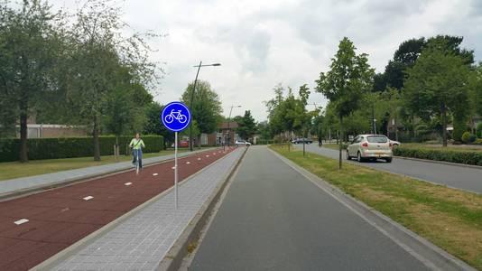 Een oude foto-impressie van het dubbelzijdige fietspad aan de Land van Ravensteinstraat in Uden. Dit is ter hoogte van de huisartsenpost/Pius X-kerk, kijkend richting Bitswijk.