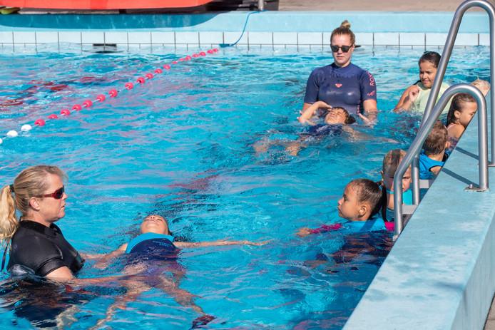 Zwemles in zwembad de Vrije Slag in Bennekom.