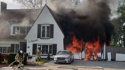 Duikfles ontploft tijdens initiatie: bewoner gewond, vlammenzee vernielt huis in Ruddervoorde