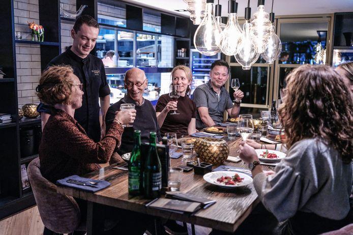 Chef-kok Pieter van Tiggelen van Gastrobar Blend 61 in Winterswijk bij een tafel met gasten.
