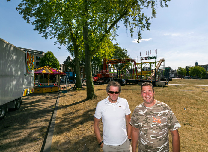 'Mr. Turbo Polyp' Hans van Tol (links) en 'Mr. Breakdance' Tommy Boesveld (rechts) bij de Helmondse kermis in opbouw.