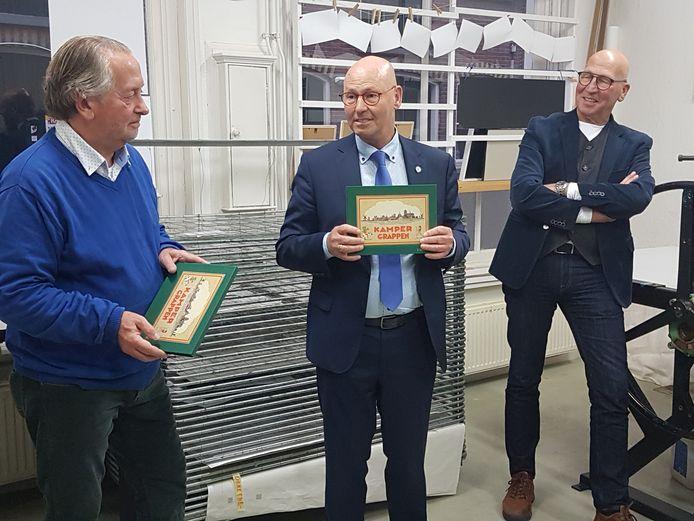 Hans van Waard (l) en burgemeester Bort Koelewijn bij de presentatie van het boek Kamper Grappen.