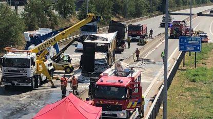 Vrachtwagen brandt volledig uit op E19