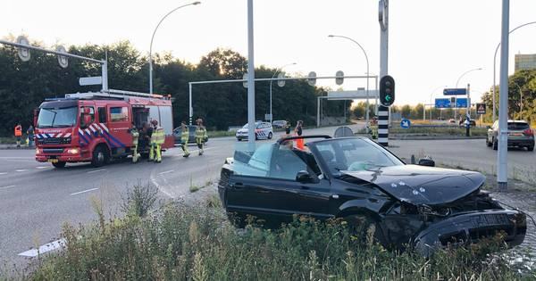 Weer botsing op IJsselallee in Zwolle: twee gewonden, luxe cabrio en sportieve Abarth 595 in puin.