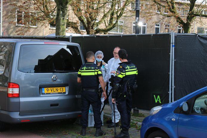 Agenten overleggen met forensisch experts in Arnhem.