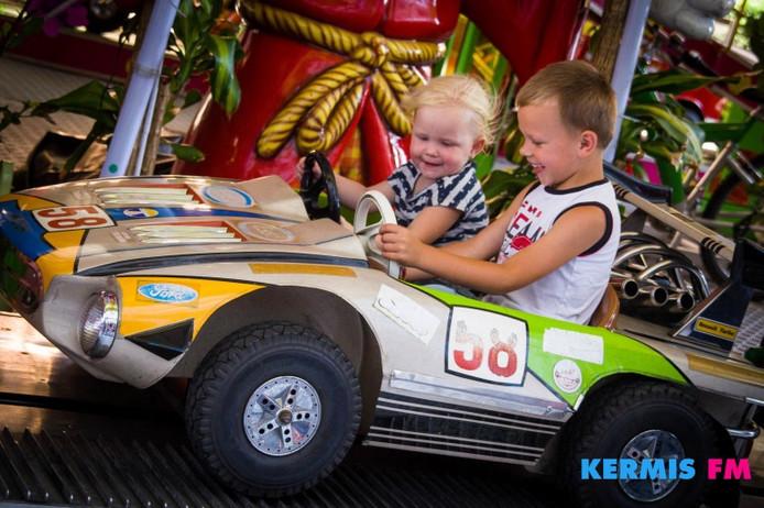 Kinderen testten woensdag diverse attracties op de Tilburgse Kermis.