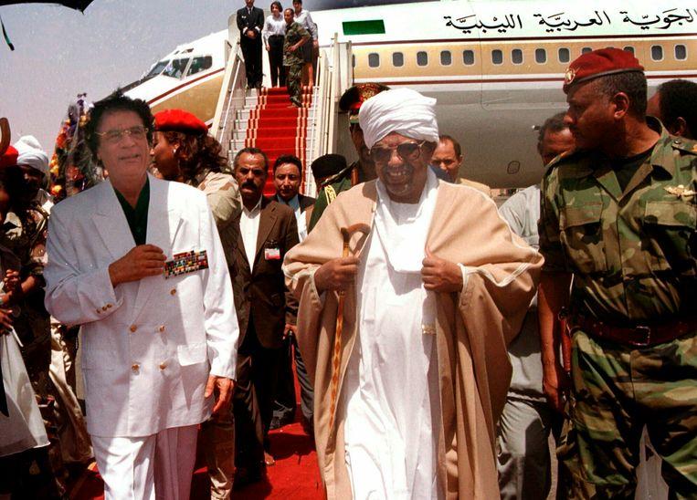 Moammar Kadhafi wordt begroet door Omar al-Bashir, voorafgaand aan zijn tweedaagse bezoek aan Soedan in 2001. Beeld AP