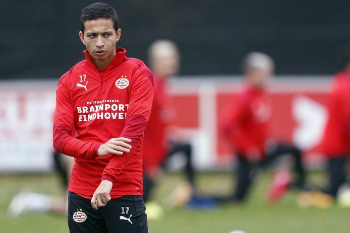 Mauro Júnior in actie bij de training van PSV.