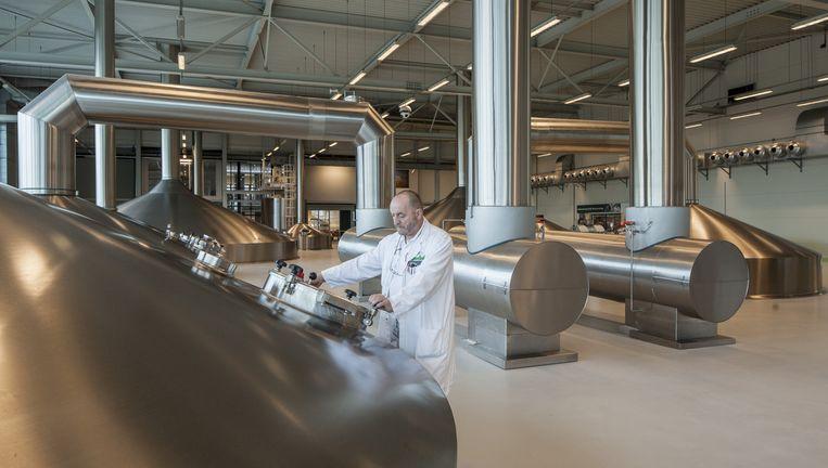 In het brouwhuis van Grolsch in Enschede werpt brouwmeester Leo Snippert een blik in de brouwketels. Beeld Harry Cock/de Volkskrant