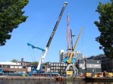 Industriële kraan Laakhaven verplaatst: 'Het is echt een historisch monument geworden'