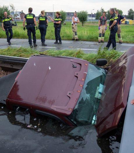 Pick-up rijdt sloot in langs de Oude Leedeweg in Pijnacker