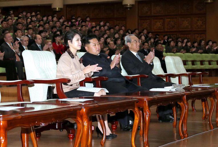 Kim Jong-un en zijn vrouw Ri Sol-Ju kijken naar een uitvoering van het Russische Orkest van de 21ste eeuw in het Grand Theater in Pyongyang. Beeld afp