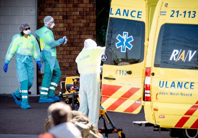 Een ambulance wordt gereinigd na het vervoeren van een patient naar het ziekenhuis.