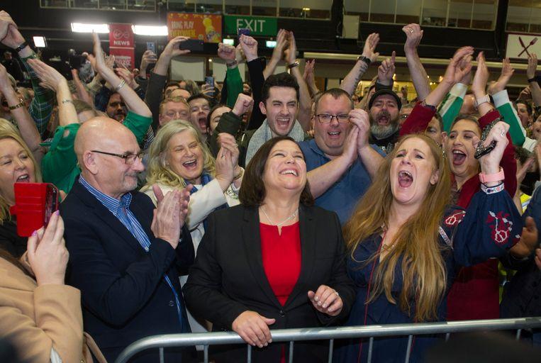 Een glunderende  Mary Lou McDonald, voorzitter van Sinn Fein, krijgt applaus in Dublin. Ze volgde twee jaar geleden Gerry Addams op.