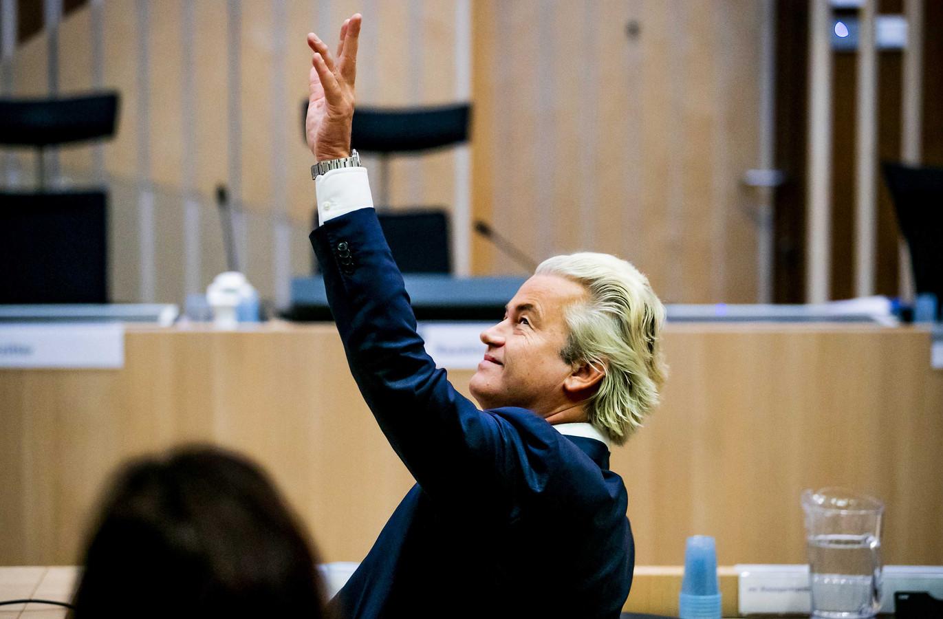 Wilders zwaait naar de publieke tribune in de rechtbank van het Justitieel Complex Schiphol voorafgaand aan een zittingsdag tijdens het proces tegen hem.