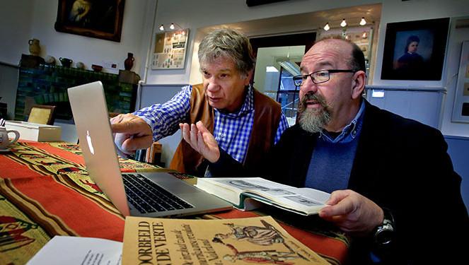 Kees Weltevrede (rechts) leidt het archiefonderzoek naar de patriottentijd in Dordrecht.