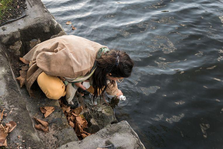 Metingen in de rivier de Schie.  Beeld Eva Faché