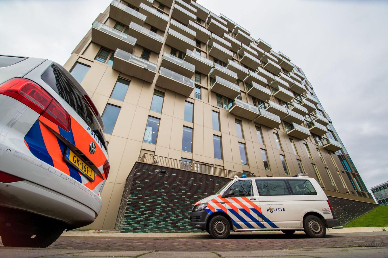 De politie doet onderzoek bij de flat aan de De Ruyterstraat in Nijmegen.