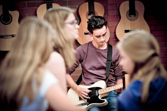 Met name de gitaar is erg in trek bij de leerlingen. Foto: Simon van Boxtel