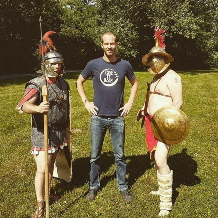 Jonas Wielandt met twee Romeinse gladiatoren in het gemeentepark.