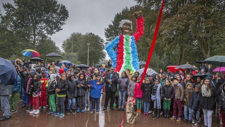 De opening van het Nelson Mandelapark afgelopen vrijdag met het omstreden bloemenbeeld op de achtergrond Beeld Amaury Miller