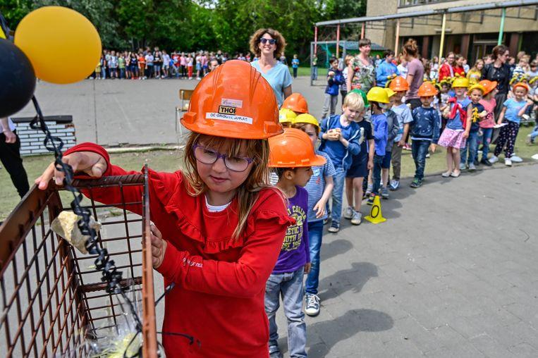 De kinderen mochten één voor één een steen in de honingraat werpen. Die krijgt later een plaats in de nieuwbouw.