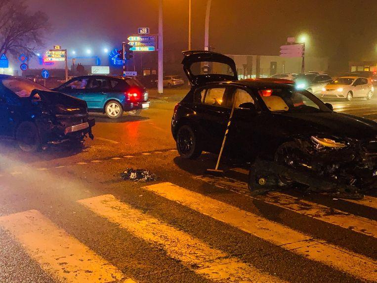 Beide voertuigen liepen zware schade op na de klap.