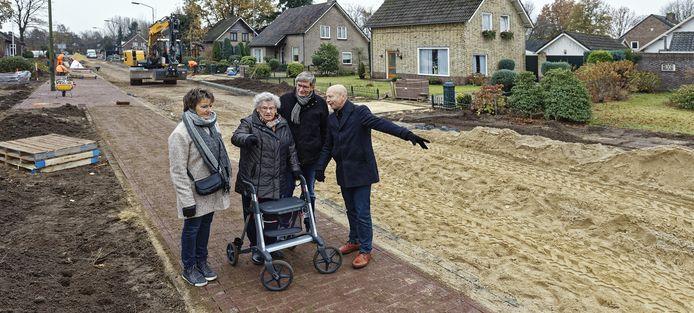 Geflankeerd door dochter Annemarie, Louis van de Wiel en Mario Knoops (r) bekijkt de 90-jarige Tonnie van de Velden eind 2018 het eerste stukje vernieuwd trottoir in Liempde.