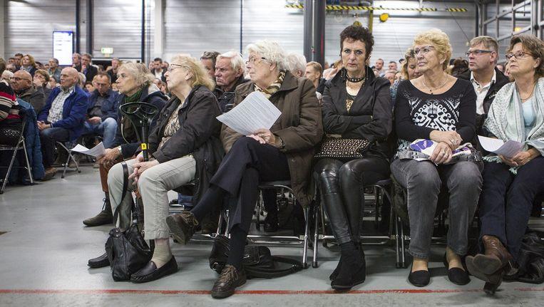De informatieavond in Wormer over de mogelijke komst van vluchtelingen werd dinsdag wegens grote belangstelling verplaatst naar de brandweerkazerne. Beeld Julius Schrank
