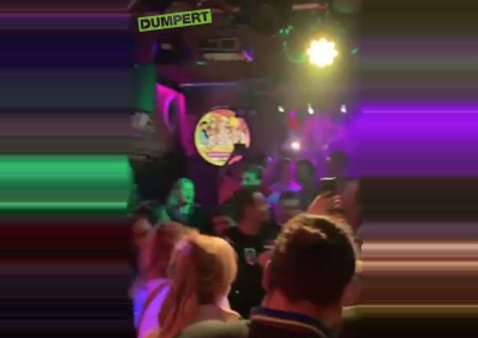 Beelden van Dumpert vlak voordat de horecasluit inging woensdagavond, bij café Bij Moeders in Roosendaal.