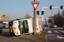 Op Plein 1940-1945 in Schiedam kantelde in maart een bezorgwagen van Picnic en kwam tegen een lantaarnpaal aan.  De bestuurder kwam ongedeerd uit het voertuig.