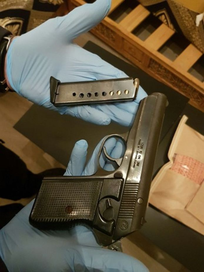 Bij een inval in een eetcafé aan de Aelbrechtskade in Rotterdam werd onder meer een vuurwapen aangetroffen.