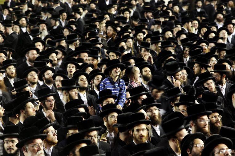 Duizenden orthodoxe Joodse mannen en kinderen verzamelen zich in Jeruzalem voor het Tashlich-gebed, waarin ze afstand doen van hun zonden. Beeld EPA