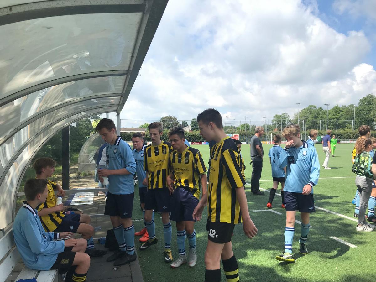 Voetballers van MVR en VV Dieren tijdens de pauze in de duck-out in 's Heerenberg tijdens het Tijmen-toernooi.