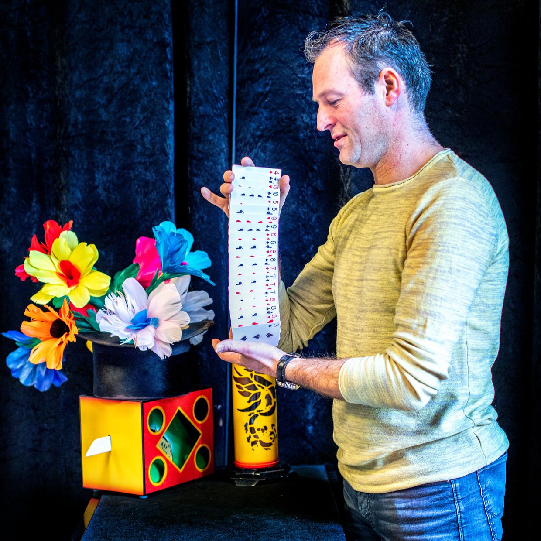Ron Timmer in zijn winkel in Heemskerk. Beeld Raymond Rutting
