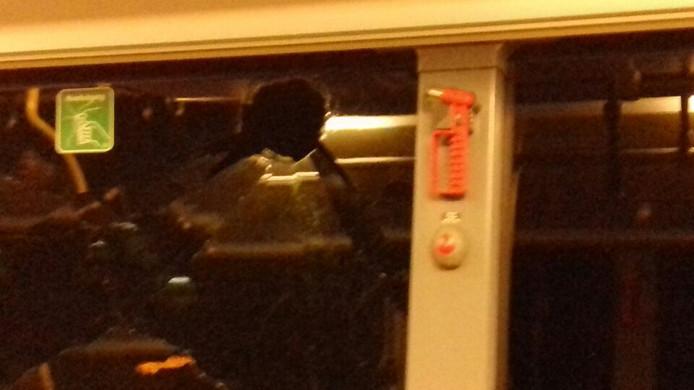 Steen door ruit in bus in Utrecht.