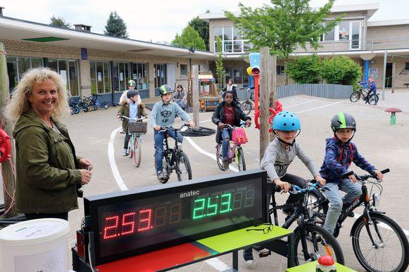 Leerlingen leggen het fietsparcours op de school af