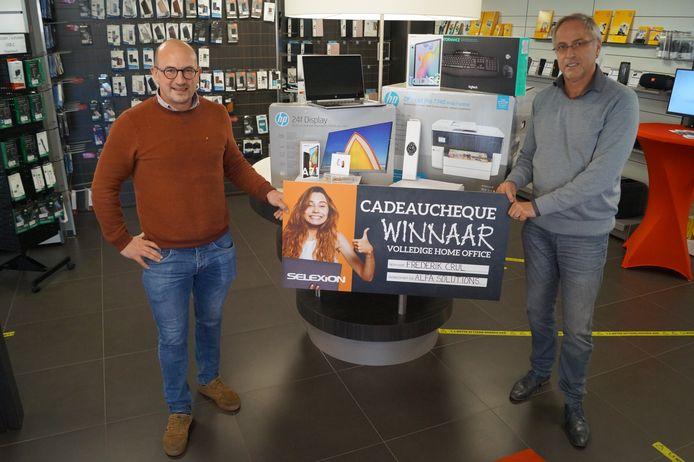 Frederik Crul wint dankzij Selexion een home office-pakket twv 3.060 euro. We zien hem hier samen met zaakvoerder Piet Detailleur.