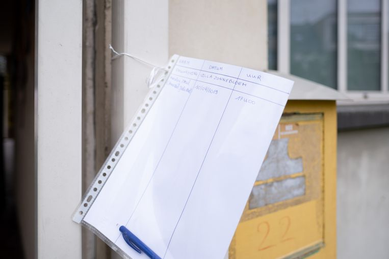 Chantal De Vroe kampeert aan Freinetschool Villa Zonnebloem om zeker te zijn van een plaats op 26 april. Aan de schoolpoort hing de familie een blad om de namen van de wachtenden op te lijsten.