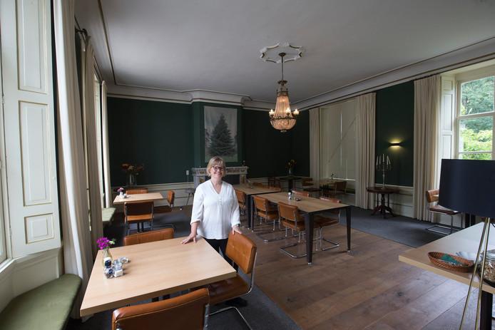 Daniëlle van Elburg in de eetkamer van Halsaf in Babberich.