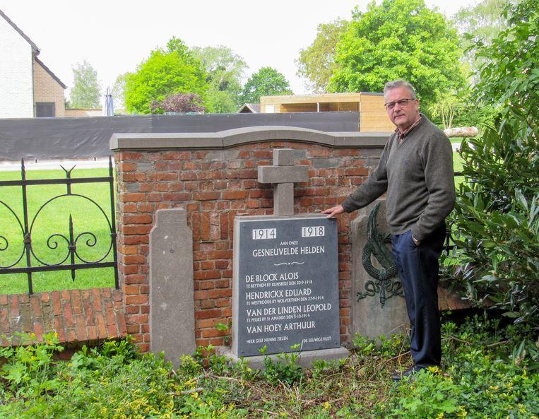 Jos De Meyer bij het gerenoveerde monumentje op het kerkhof van Puivelde, voor de gesneuvelden uit het dorp in de Eerste Wereldoorlog.